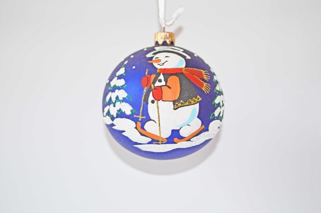 10019 Weihnachtskugel Schneemann auf Skie dunkelblau
